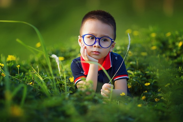malý chlapec s brýlemi