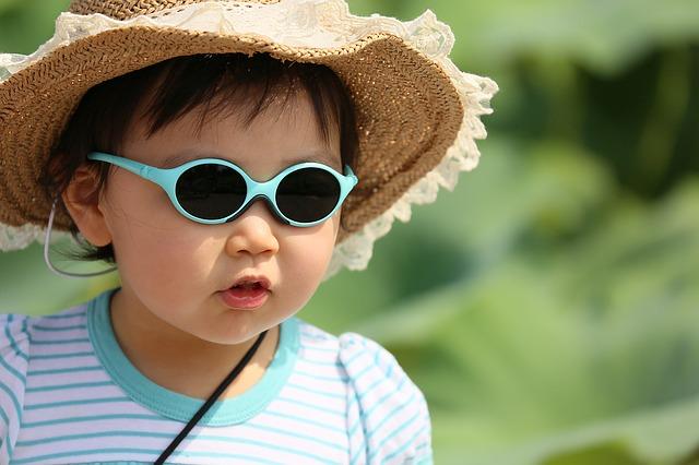 fešák se slunenčními brýlemi a kloboukem