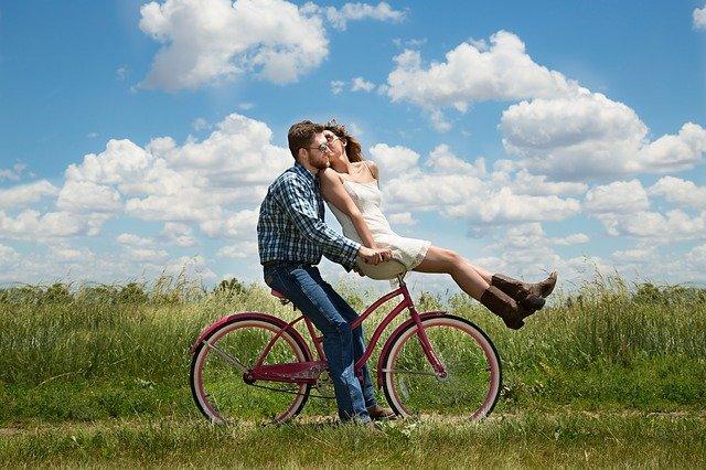 muž veze slečnu na kole