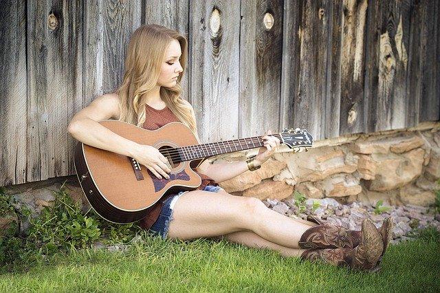 mladá kytaristka