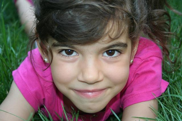 holčička v růžovém triku