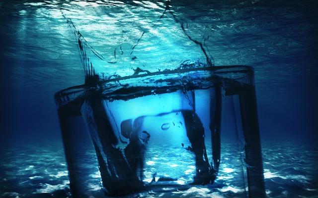 sklenice pod vodou