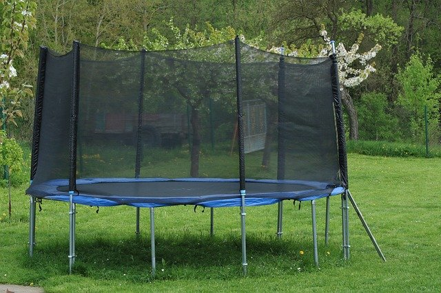 zahrada s trampolínou.jpg