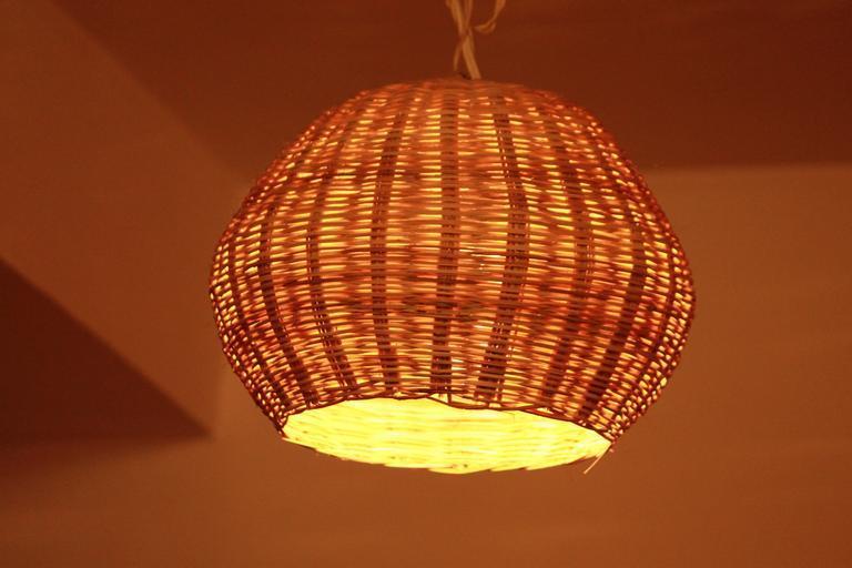 lustr, který může zdobit pergolu a vypadá velmi příjemně přírodně