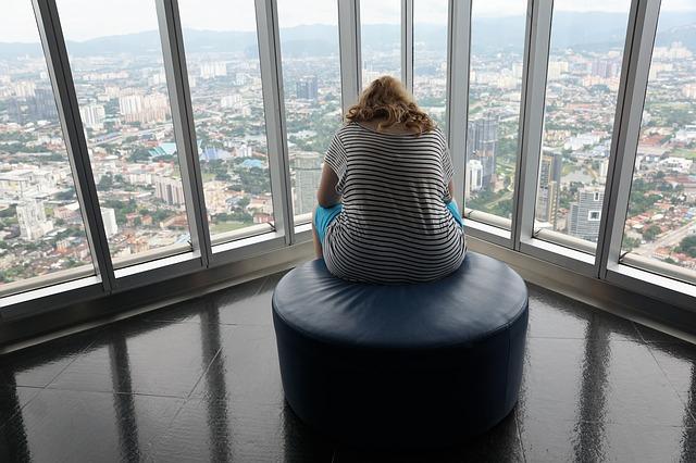 žena okno výhled.jpg