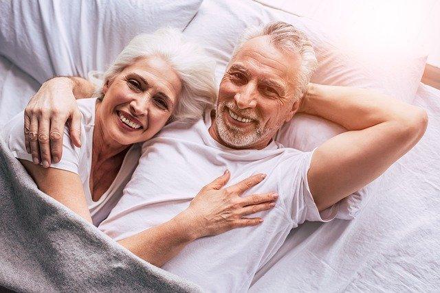 starší pár v posteli