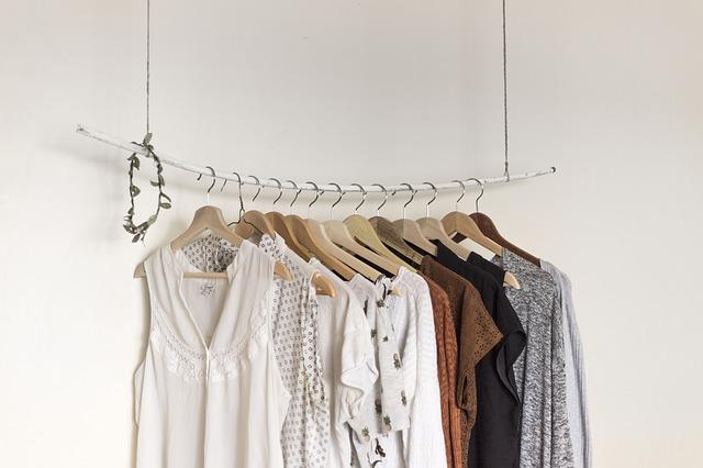 závěs s oblečením